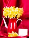 Flores em um bule vermelho imagens de stock royalty free