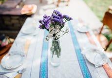 Flores em um desktop home Fotos de Stock Royalty Free