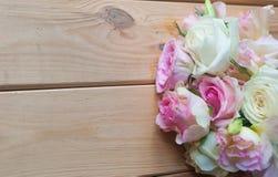 Flores em um fundo de madeira Imagens de Stock Royalty Free