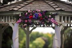 Flores em um gazebo fotografia de stock royalty free