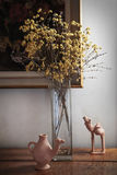 flores em um vaso no armário Imagem de Stock Royalty Free