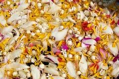 Flores em uma bacia para banhar a Buda imagens de stock