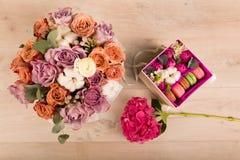 Flores em uma caixa de presente Fotografia de Stock Royalty Free