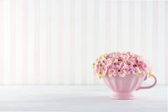 Flores em uma caneca chique gasto imagens de stock royalty free