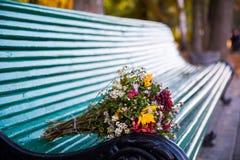 Flores en banco Fotografía de archivo libre de regalías