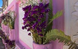 Flores en cámara acorazada del cementerio Foto de archivo libre de regalías