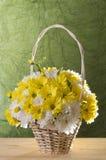 Flores en cesta Imágenes de archivo libres de regalías