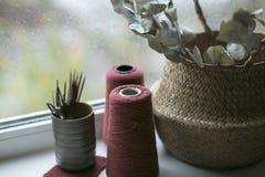 Flores en cesta e hilado en verano Imágenes de archivo libres de regalías