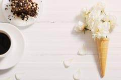 Flores en cono de la galleta y torta de chocolate fotos de archivo libres de regalías