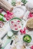 Flores en cuenco del agua y diversa salud de la belleza, balneario y accesorios del masaje que fijan en el fondo blanco Fotografía de archivo
