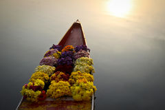 Flores en el barco en el mercado flotante fotos de archivo