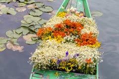 Flores en el barco en el mercado flotante por mañana en Dal Lake en Srinagar, la India imagen de archivo libre de regalías
