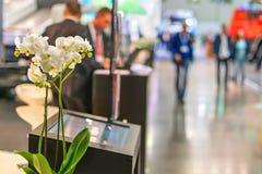 Flores en el centro del pabellón de la exposición del foro del negocio Fotos de archivo libres de regalías
