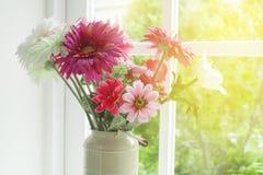 Flores en el florero de cristal Fotos de archivo libres de regalías