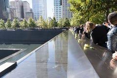 Flores en el monumento de 9/11 en el World Trade Center Fotos de archivo