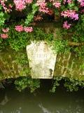 Flores en el puente viejo 3 Imagen de archivo libre de regalías