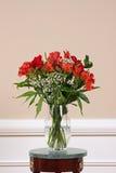 Flores en florero Fotos de archivo libres de regalías