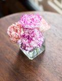 Flores en florero en la tabla fotografía de archivo libre de regalías