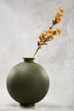 Flores en florero redondo Imagenes de archivo