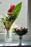 Flores en floreros Fotos de archivo