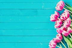 Flores en fondo de madera con el espacio de la copia Fotografía de archivo libre de regalías