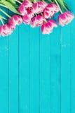 Flores en fondo de madera con el espacio de la copia Imagenes de archivo