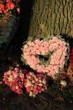 Flores en forma de corazón de la condolencia Imagenes de archivo