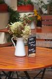 Flores en jarra en el vector. Imagen de archivo libre de regalías