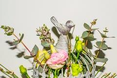 Flores en jaula de pájaros en el fondo blanco fotos de archivo