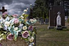 Flores en lápidas mortuorias en un cementerio Imagen de archivo