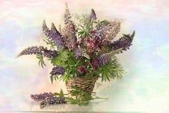 Flores en la cesta Imágenes de archivo libres de regalías