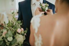 flores en la chaqueta de un novio Foto de archivo libre de regalías