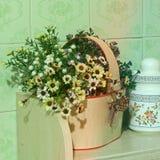 Flores en la cocina Decoración casera imagen de archivo libre de regalías
