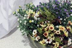 Flores en la cocina Decoración casera foto de archivo