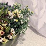 Flores en la cocina Decoración casera fotografía de archivo