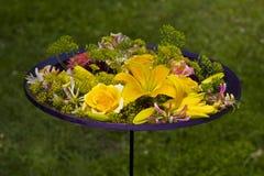 Flores en la placa Imagenes de archivo