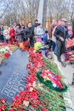 Flores en la placa conmemorativa Fotografía de archivo libre de regalías