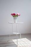 Flores en la tabla Imagen de archivo