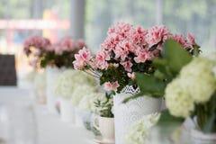 Flores en la tabla de la boda Fotos de archivo