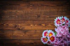 Flores en la tabla de madera marrón Imágenes de archivo libres de regalías