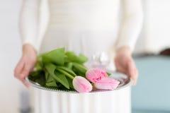 Flores en las manos de la muchacha Foto de archivo