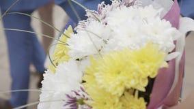 Flores en las manos de una mujer almacen de metraje de vídeo