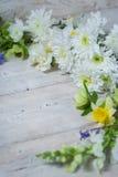 Flores en los tableros blancos Foto de archivo