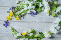 Flores en los tableros blancos Fotografía de archivo