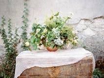Flores en pecho Fotografía de archivo libre de regalías