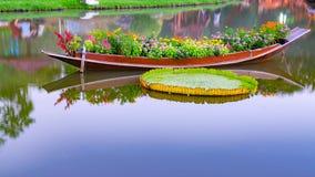 Flores en un barco en la piscina del jardín Fotografía de archivo libre de regalías