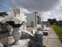 Flores en un cementerio en New Orleans Fotografía de archivo libre de regalías
