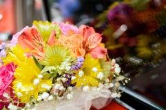 Flores en un coche fotos de archivo libres de regalías