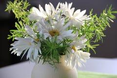 Flores en un florero imágenes de archivo libres de regalías