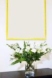 Flores en un florero Imagen de archivo libre de regalías
